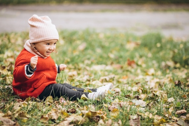 Śliczna mała dziewczynka w jesiennym parku