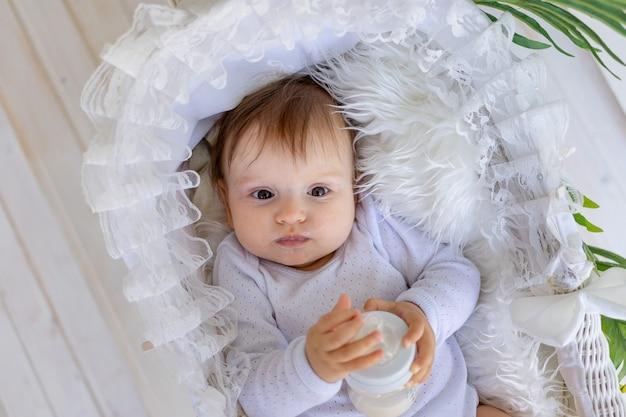 Śliczna mała dziewczynka w pięknym wózku