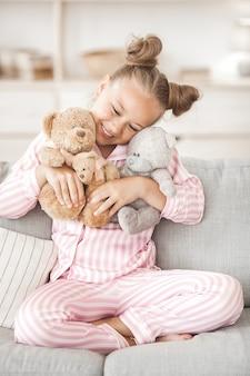 Śliczna mała dziewczynka w piżamie indoors