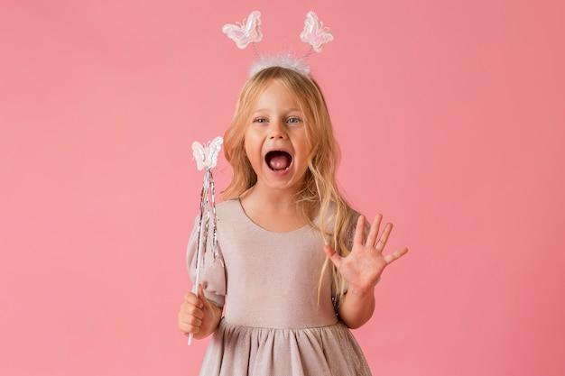 Śliczna mała dziewczynka w stroju z chęcią