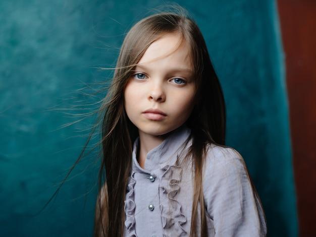 Śliczna mała dziewczynka w sukience pozuje smutny wygląd