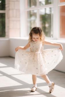 Śliczna mała dziewczynka w sukni pozowanie
