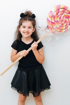 Śliczna mała dziewczynka z gigantycznym lizakiem