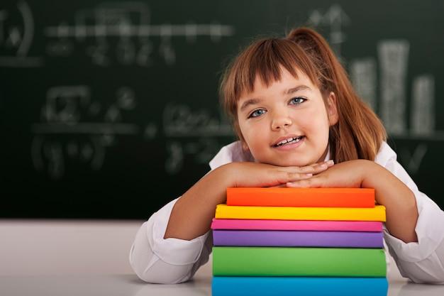 Śliczna mała dziewczynka z jej książkami