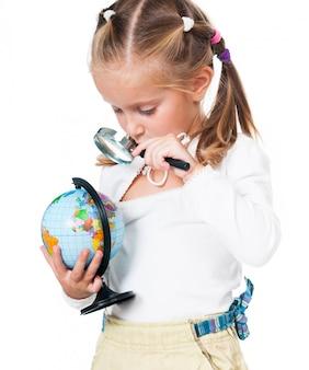 Śliczna mała dziewczynka z kulą ziemską