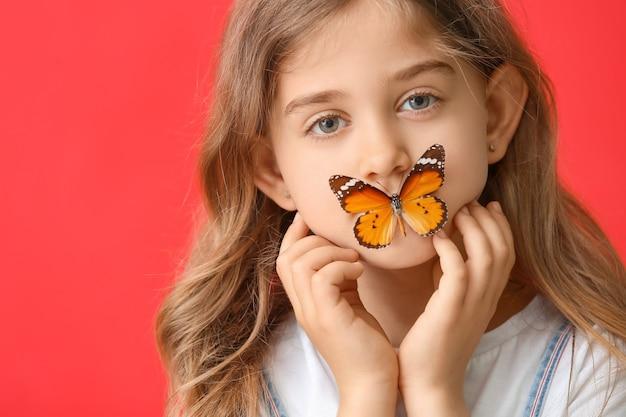 Śliczna mała dziewczynka z motylem w kolorze