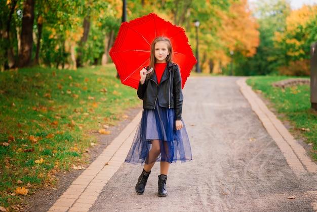 Śliczna mała dziewczynka z parasolem. koncepcja prognozy pogody