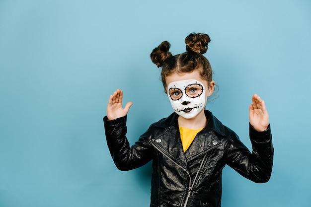 Śliczna mała dziewczynka z przerażającym makijażem na halloween