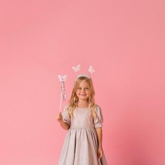 Śliczna mała dziewczynka z różdżką i kopii przestrzenią