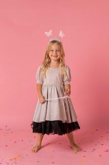 Śliczna mała dziewczynka z różdżką