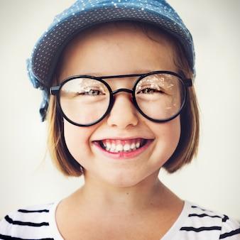 Śliczna mała dziewczynka z szkłami