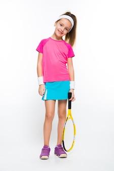 Śliczna mała dziewczynka z tenisowym kantem w jej rękach na biel ścianie
