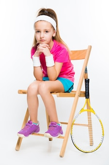 Śliczna mała dziewczynka z tenisowym kantem
