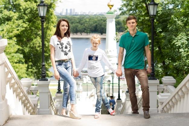 Śliczna mała dziewczynka ze swoim bratem i dziewczyną