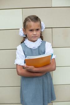 Śliczna mała uczennica w mundurze