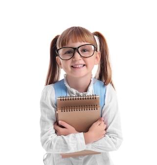 Śliczna mała uczennica z notebookami na białym tle