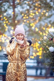Śliczna małe dziecko dziewczyna jedzie łyżwy na zewnątrz.