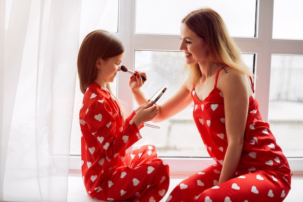 Śliczna matka i córka w domu w piżamie
