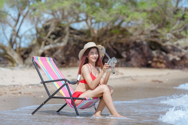 Śliczna młoda azjatykcia kobieta w bikini na pięknej plaży w wakacje w tajlandia