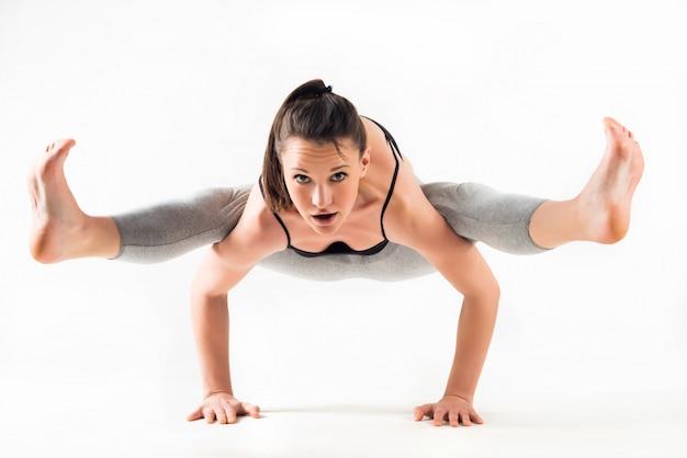 Śliczna młoda caucasian dziewczyna robi handstand