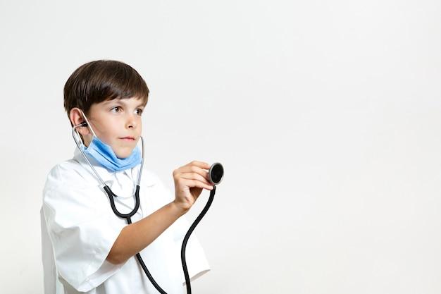 Śliczna młoda chłopiec z stetoskopem