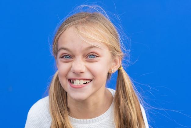 Śliczna młoda dziewczyna robi śmieszną minę. skopiuj miejsce.