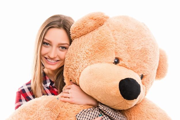 Śliczna młoda dziewczyna tenage przytula swojego misia