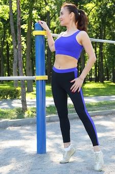 Śliczna młoda kobieta lekkoatletycznego uprawiania sportu w przyrodzie
