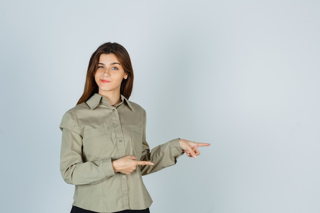 Śliczna młoda kobieta skierowana w prawo, zakrzywione usta w koszuli i niezdecydowana. przedni widok.