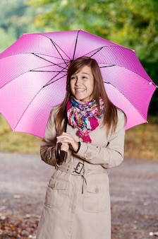 Śliczna młoda kobieta z parasolem