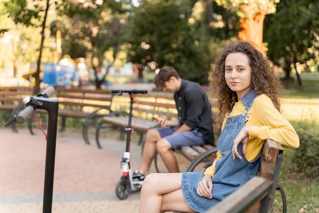 Śliczna młoda para relaks na świeżym powietrzu