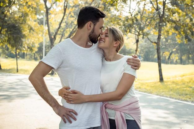 Śliczna młoda para spaceru w parku