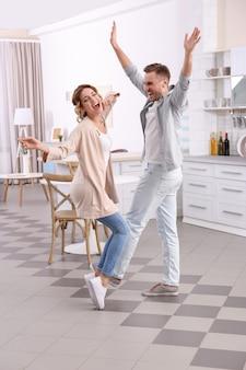 Śliczna Młoda Para Tańczy W Domu Premium Zdjęcia