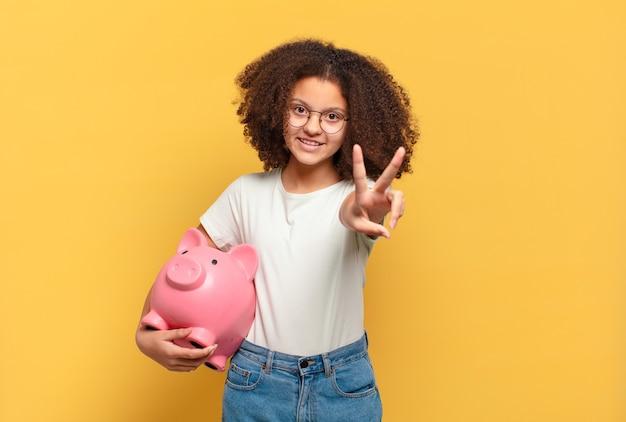 Śliczna nastolatka afro czuje się szczęśliwa, zaskoczona i dumna, wskazując na siebie z podekscytowanym, zdumionym spojrzeniem. koncepcja oszczędności