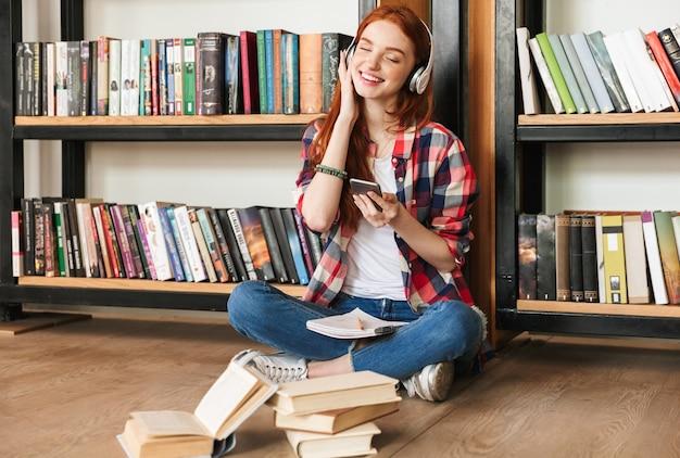 Śliczna nastolatka robi pracę domową
