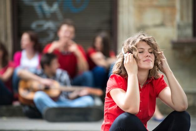 Śliczna nastoletnia dziewczyna z hełmofonami