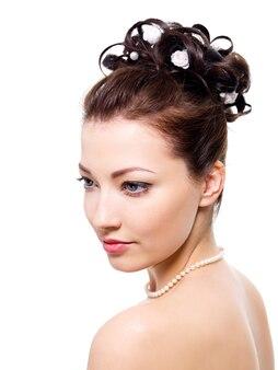Śliczna panna młoda z fryzurą ślubną w stylu