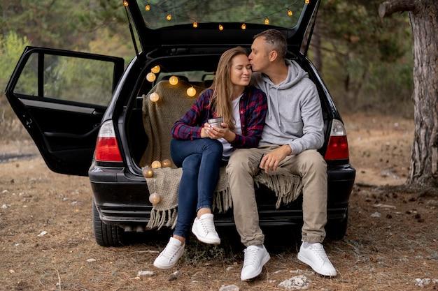 Śliczna para ciesząc się podróżą razem