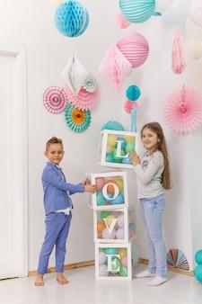 Śliczna para dzieci z balonami. koncepcja walentynki i miłość, łapka
