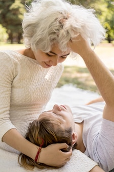 Śliczna para jest intymna na świeżym powietrzu w przyrodzie