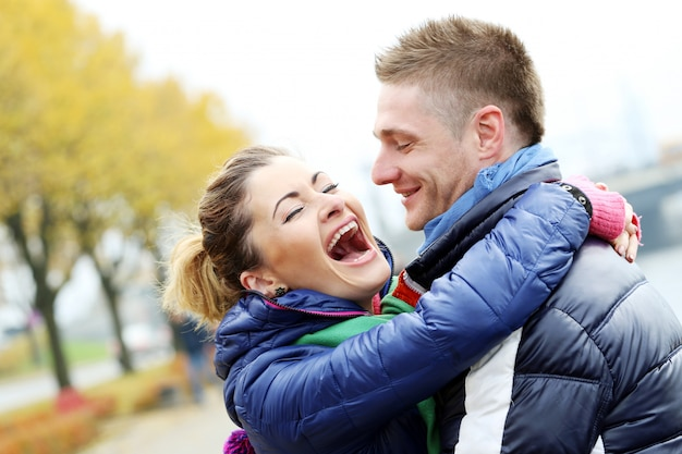 Śliczna para ma dobry czas na zewnątrz