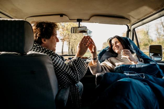 Śliczna para ma fajną wycieczkę samochodową