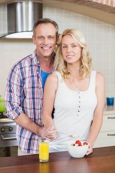 Śliczna para ma śniadanie w kuchni