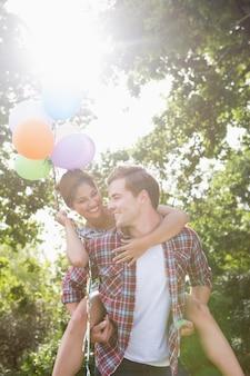 Śliczna para ma zabawę z balonami