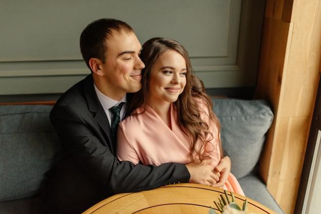 Śliczna para małżeńska w kawiarni.