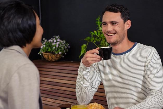 Śliczna para opowiada podczas gdy jedzący