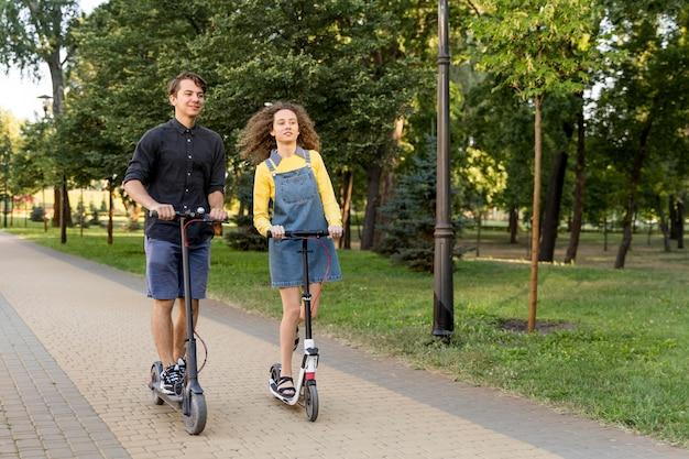 Śliczna para razem jedzie skuterem