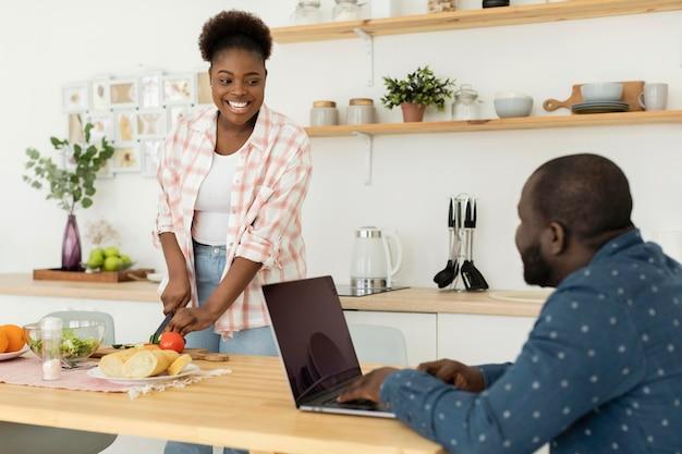 Śliczna para rozmawia w kuchni