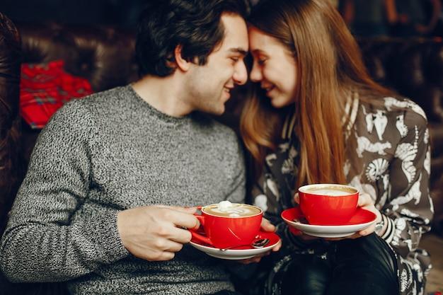 Śliczna para spędza czas w kawiarni