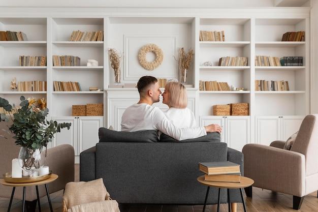 Śliczna para spędza razem czas w domu